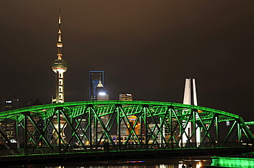 Waibaidu Bridge, Oriental Pearl Tower, skyline on the Bund promenade, Huangpu River, Shanghai, China, Asia