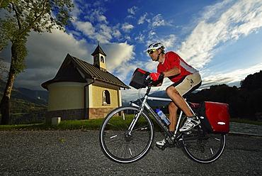 Cyclist passing the Chapel of the Beatitudes on Mitterweinfeld, Lockstein Mountain, Watzmann Mountain, Berchtesgaden, Upper Bavaria, Bavaria, Germany, Europe