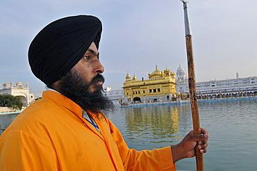 Sikh guard, Golden Temple, Amritsar, Punjab, North India, India, Asia
