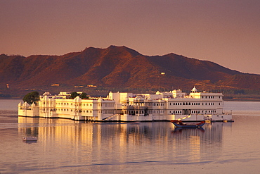 Evening mood, dusk, Taj Lake Palace, Heritage or Palace Hotel, Lake Pichola, Udaipur, Rajasthan, North India, India, Asia