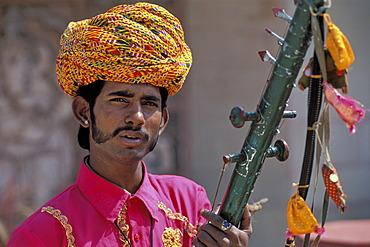 Musician wearing a turban, portrait, Orchha, Madhya Pradesh, India, Asia