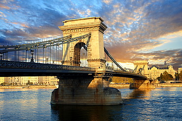 Szecheni Lanchid Chain Bridge, suspension bridge over the Danube betwen Buda and Pest, Budapest, Hungary, Europe