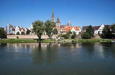 View from Neu-Ulm in Bavaria over the Danube on Ulm with the Minster and the Metzgerturm tower, Swabia, Baden-Wuerttemberg, Germany, Europe, PublicGround