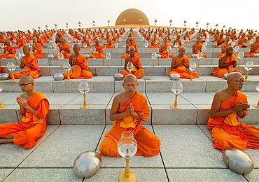 Wat Phra Dhammakaya temple on Makha Bucha Day or Magha Puja Day, Theravada Buddhists, monks sitting around the Chedi Mahadhammakaya Cetiya, Khlong Luang District, Pathum Thani, Bangkok, Thailand, Asia *** IMPORTANT: Wat Phra Dhammakaya temple on Makha Bucha Day or Magha Puja Day, Theravada Buddhists, monks sitting around the Chedi Mahadhammakaya Cetiya, Khlong Luang District, Pathum Thani, Bangkok, Thailand ***