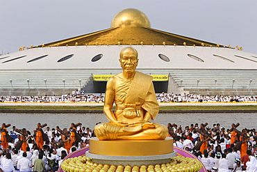 Golden statue of Phramonkolthepmuni, Luang Pu Watpaknam, Wat Phra Dhammakaya Temple, Khlong Luang District, Pathum Thani, Bangkok, Thailand, Asia