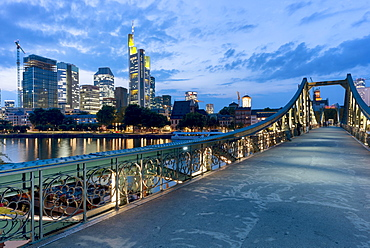 Eisener Steg, with skyline at dusk, Frankfurt am Main, Hesse, Germany, Europe