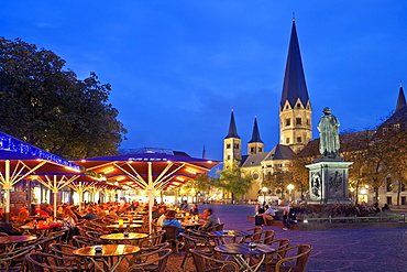 Munsterplatz with outdoor gastronomy, Beethoven Memorial and Bonn Cathedral in the evening, Bonn, North Rhine-Westphalia, Germany, Europe