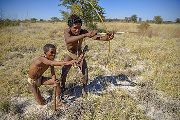 Bushmen of the Ju/' Hoansi-San on traditional hunting with bow and arrow, village //Xa/oba, near Tsumkwe, Otjozondjupa region, Namibia, Africa