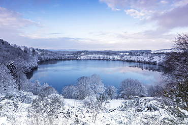Weinfelder Maar, also Totenmaar, maar lake in winter, Schalkenmehren, Daun, Volcanic Eifel, Rhineland-Palatinate, Germany, Europe