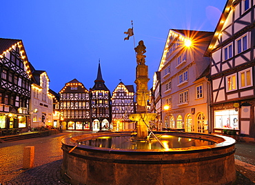M arket square with the Rolandbrunnen fountain, in the evening, Fritzlar, Hesse, Germany, Europe