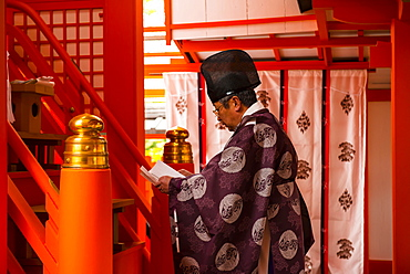 Man praying, Fushimi Inari-taisha shrine, Kyoto, Japan, Asia