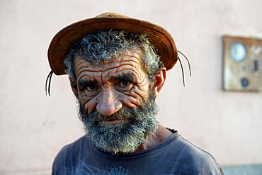 Elderly man with a beard and a traditional leather hat, portrait, Ponta da Serra, Crato, State of Ceara, Brazil, South America *** IMPORTANT: No disclosure by charities ***