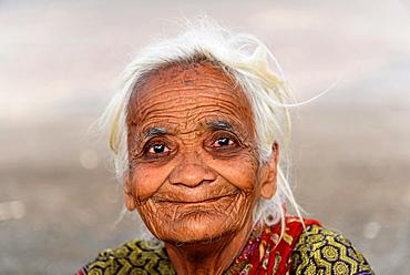 Old Indian woman, portrait, Mumbai, Maharashtra, India, Asia