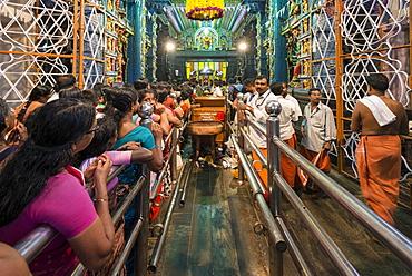 Pilgrims queuing for Puja during the Pongala festival, Attukal Devi Temple, Thiruvananthapuram, Kerala, India, Asia