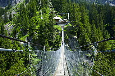Suspension bridge, Handegg – Gelmerbahn funicular railway, Grimselwelt Trail, Canton of Bern, Switzerland, Europe