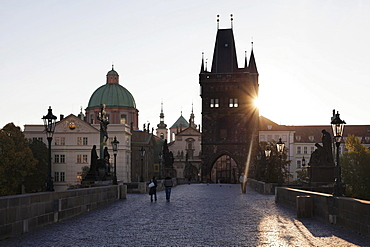 Charles Bridge, UNESCO World Heritage Site, with the Old Town Bridge Tower, Prague, Bohemia, Czech Republic, Europe