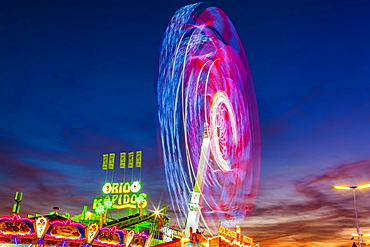 Ride Chaos Pendulum in motion at night, Oktoberfest, Theresienwiese, Munich, Upper Bavaria, Bavaria, Germany, Europe