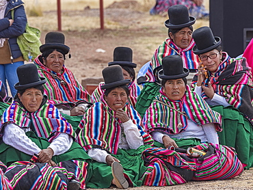 Indigenous women (chola, cholita) in typical national clothing (pollera, overskirt and scarf, manta) with typical hat (melon, bombin), Tihuanaku, Tiawanacu, Tiahuanaco, UNESCO World Heritage Site, Ingavi Province, La Paz, Bolivia, South America
