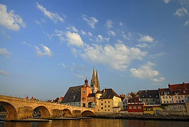 Steinerne Bruecke, Stone Bridge crossing the Danube river and the tower at the southern end of the bridge, the towers of the cathedral at back, Regensburg, Upper Palatinate, Bavaria, Germany, Europe