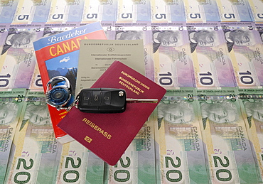 Ignition key, international driving license, passport of the Federal Republic of Germany, guide book for Canada and various Canadian dollar banknotes