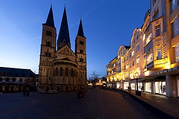 Fisheye view at dusk, Christmas market at the Bonner Muenster, Bonn Minster, basilica, cathedral, Muensterplatz square, Bonn, Rhineland, North Rhine-Westphalia, Germany, Europe