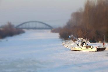 Frozen Havel-Canal near Wustermark, Havelland region, Brandenburg, Germany, Europe