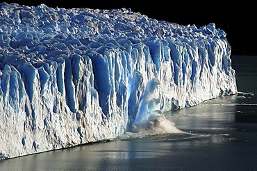 Ice breaking off the Perito Moreno Glacier, Lago Argentino lake, High Andes, near El Calafate, Patagonia, Argentina, South America
