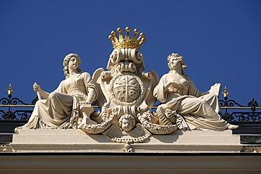 Sculptures with coat of arms and a crown on Palais Wertheim, built 1868, Schwarzenbergplatz 17, Vienna, Austria, Europe