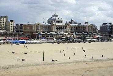Beach and promenade in front of the Steigenberger Kurhaus Hotel, Scheveningen, Den Haag, The Hague, Dutch North Sea coast, Holland, Netherlands, Benelux, Europe