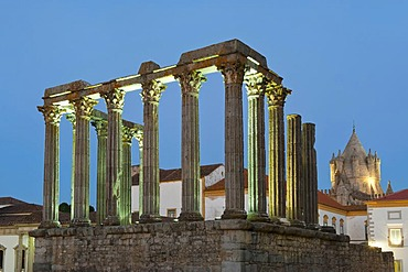 Roman temple of Diana at sunset, Santa Maria cathedral at back, Evora, Unesco World Heritage Site, Alentejo, Portugal, Europe