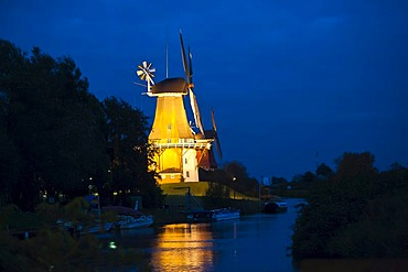 One of the Greetsiel twin windmills, at night, Greetsiel, East Frisia, Lower Saxony, Germany, Europe