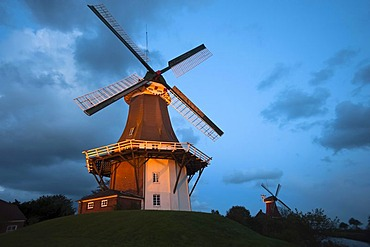 Greetsiel twin windmills at dusk, Greetsiel, East Frisia, Lower Saxony, Germany, Europe