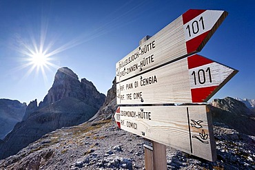 Signpost on the trail up to Mt Paternkofel or Paterno, above the Rifugio Zsigmondy-Comici, at the Forcella Pian di Cengia pass, Mt Zwoelferkofel or Croda dei Toni in the back, Hochpustertal valley or Alta Pusteria, Sexten, Dolomites, South Tyrol, Italy, E