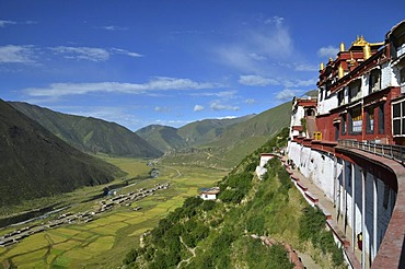 Tibetan Buddhism, Drigung Monastery, Drigung Til, view of a Tibetan village below, Meldro Gonkar, Lhundrup district, central Tibet, Tibet, Himalayas, China, Asia