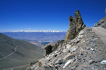 Road leading to the Khardung La or Khardung Pass, the highest drivable pass in the world, Ladakh, Indian Himalayas, Jammu and Kashmir, northern India, India, Asia