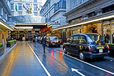 Black cabs, Savoy Hotel, London, England, United Kingdom, Europe