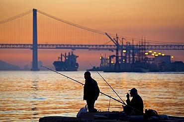 Ponte 25 de Abril, April 25 Bridge, River Tagus, Lisbon, Portugal, Europe
