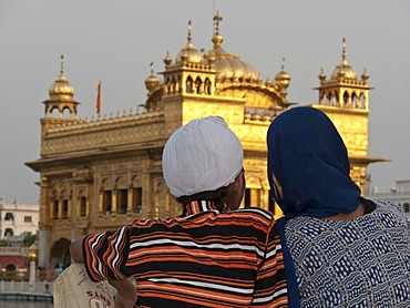 Sikh pilgrims resting in front of the Golden Temple after a long journey to Amritsar, Punjab, India, Asia