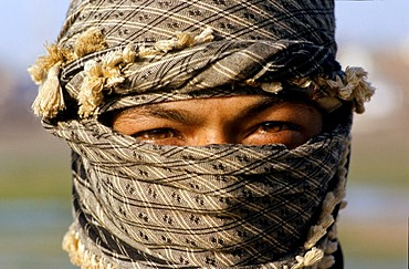 Labourer with covered face because of the strong wind, Mandvi, Gujarat, India, Asia