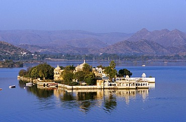 Jag Mandir on Lake Pichola, Udaipur, Rajasthan, India, Asia