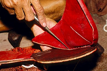 Man making the traditional Rajasthani shoes, Jaisalmer, Rajasthan, India, Asia