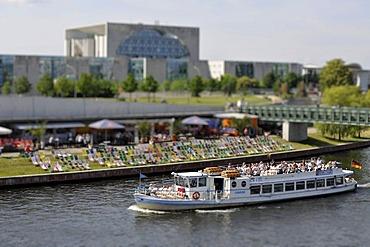 Excursion boat in front of the beach bar in the Spreebogen Park and the German Chancellery, miniature faking, smallgantics, tilt-shift effect, Spreebogen, Regierungsviertel district, Berlin, Germany, Europe, PublicGround
