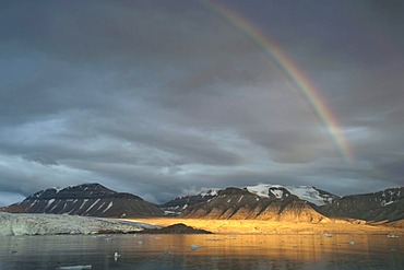 Rainbow over Nordenskioeldbreen Glacier and Adolfbukta bay, Billefjord, Spitsbergen, Svalbard, Norwegen, Skandinavien, Europa