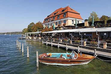 Boat in front of Hotel Schloss Berg on Lake Starnberg, Berg, Fuenfseenland, Five Lakes district, Upper Bavaria, Bavaria, Germany, Europe