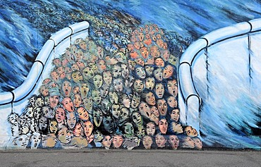 Art and the Berlin Wall, crowds breaking through the Berlin Wall, painting on a remaining segment of the Berlin Wall, East Side Gallery, Friedrichshain-Kreuzberg, Berlin, Germany, Europe