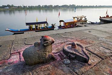Shiva's mount Nandi and lingam phallic symbol on the Narmada river, Ahilya Fort, Maheshwar, Madhya Pradesh, India, Asia