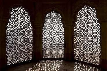 Window with a fine stonework mesh, Amber Fort, Jaipur, Rajasthan, India, Asia