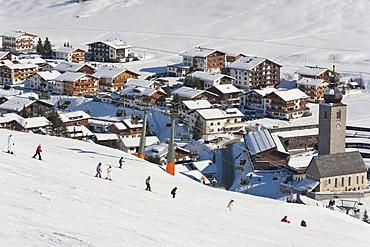 Skiing school, ski lessons for children, skiers, ski slope, Lech am Arlberg, Vorarlberg, Austria, Europe