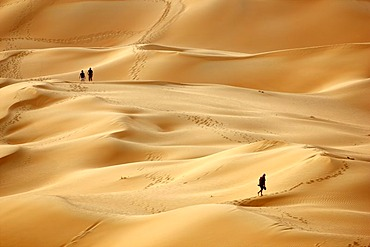 Red sand, tourists climbing the sand dunes that may get over 200 meters high, in the desert Rub'al-Khali or Empty Quarter, Abu Dhabi, United Arab Emirates, Middle East