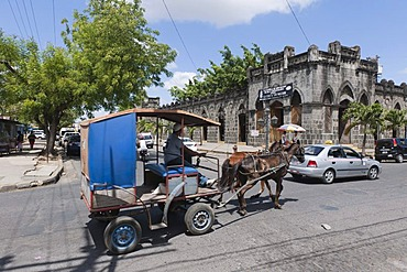 Mercado Viejo building, the ancient Spanish trading house today serves as a center of local handicrafts, colonial architecture, Masaya, Nicaragua, Central America